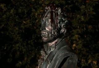 Тонкая грань между искусством и вандализмом: китайский художник облил шоколадом бюст Пушкина
