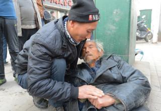 В Китае задаются вопросом: нужно ли помогать людям на улице