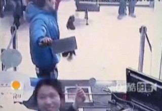 Кассир китайского банка рассмеялась в лицо грабителю с 20-сантиметровым ножом [ВИДЕО]