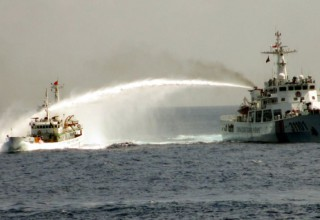 Вьетнам мешает Китаю установить нефтяную платформу на спорных территориях