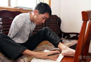 В Китае инвалид успешно написал выпускной экзамен с помощью ног