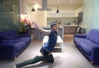 Видео надевающего штаны без помощи рук китайца стало хитом на YouTube