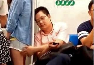 Замдиректора китайского госпредприятия уволили за приставания к девушке в метро