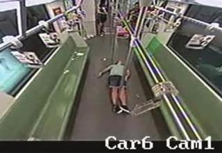 Пассажиры шанхайского метро убежали от потерявшего сознание иностранца