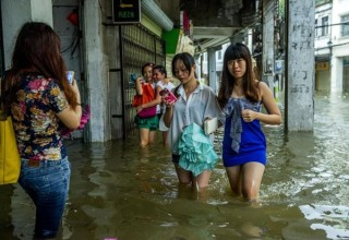 В Китае 395 школьников и учителей оказались в ловушке из-за наводнения