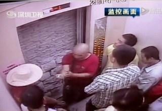 Видео: В Китае застрявшие пассажиры лифта проломили кирпичную стену