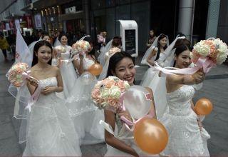 Китаянки устроили забег в свадебных платьях в честь Дня холостяков