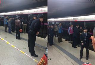 Женщина погибла между дверей в пекинском метро