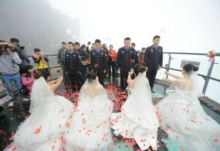 Четверо китаянок сделали предложения своим молодым людям-полицейским