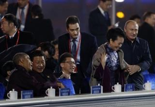 Зачем Владимир Путин флиртовал с женой председателя КНР