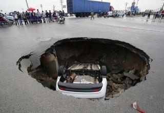 Китаец чудом спасся из уходящего под землю автомобиля