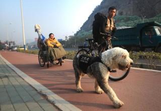 Китаец отправился в путешествие с девушкой на инвалидной коляске