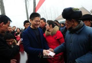 Китайский миллиардер раздал 650 красных конвертов жителям родной деревни