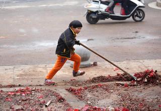 Девятилетний мальчик убирает улицы после праздников (ФОТО)
