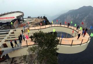 В Чунцине построили прозрачный мост над обрывом