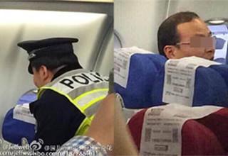 Мужчину вывели из самолета в наручниках за отказ занять свое место