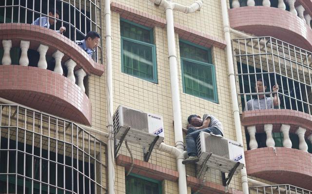 вор в Китае сидит на кондиционере