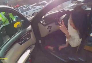 Нетрезвая китаянка разбила Мерседес и поиграла с полицейскими