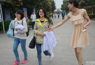 Китайский студент-медик торгует прокладками в женском наряде