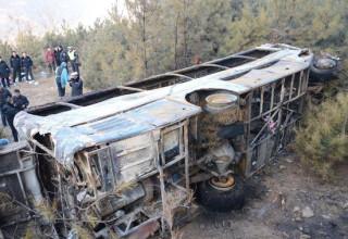 В Китае 21 человек погиб в сорвавшемся с обрыва автобусе