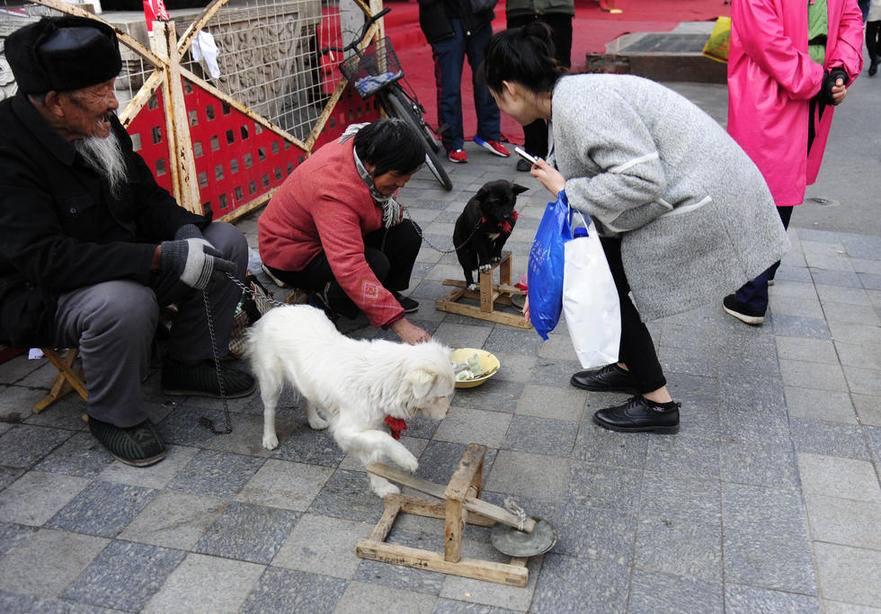 уличное представление в Китае