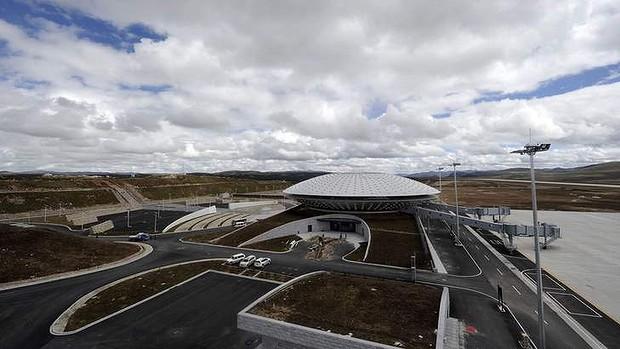 Самый высокогорный аэропорт мира Daocheng Yading в провинции Сычуань.