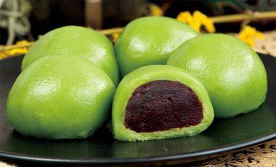 зеленые рисовые шарики с красной фасолью