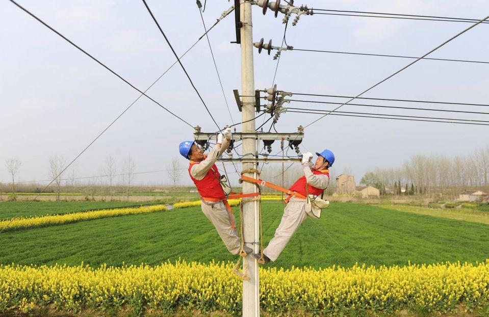 Рабочие проводят ремонт на высоковольтной матче в провинции Аньхой
