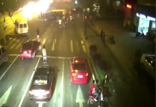 Толпа прохожих в Китае вытащила сбитого мотоциклиста из-под грузовика