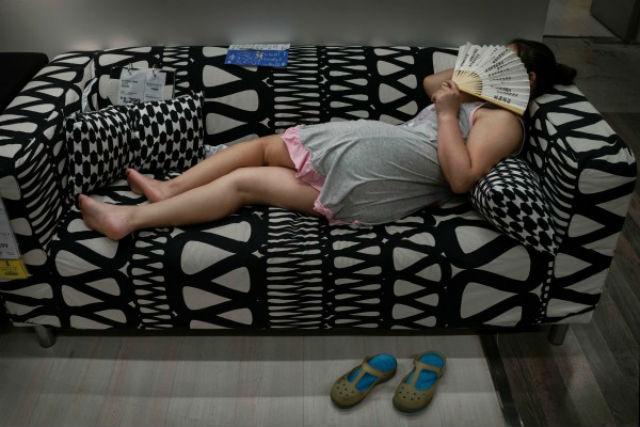 китайцы спят в Икеа
