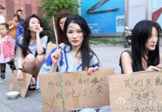 Китайские модели протестуют против запрета их участия в Шанхайском автосалоне