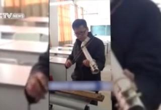 Китайский преподаватель физики играет музыку на водопроводной трубе