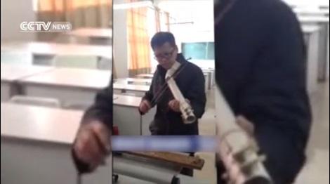 китаец играет на водосточной трубе