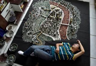 Китаец построил макет родного города из 50 000 монет