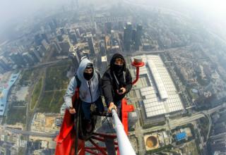 Руферы из проекта OnTheRoofs покорили небоскреб в Шэньчжэне