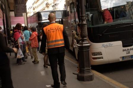 Автобусы с китайскими туристами у торгового центра Galeries Lafayette в Париже