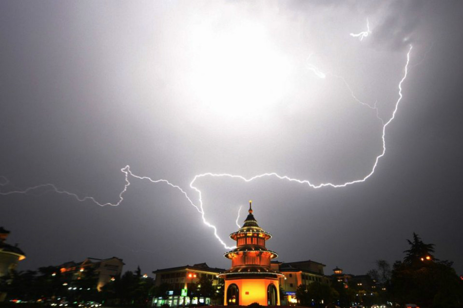 Молния освещает небо над пагодой в городе Янчжоу провинции Цзянсу.