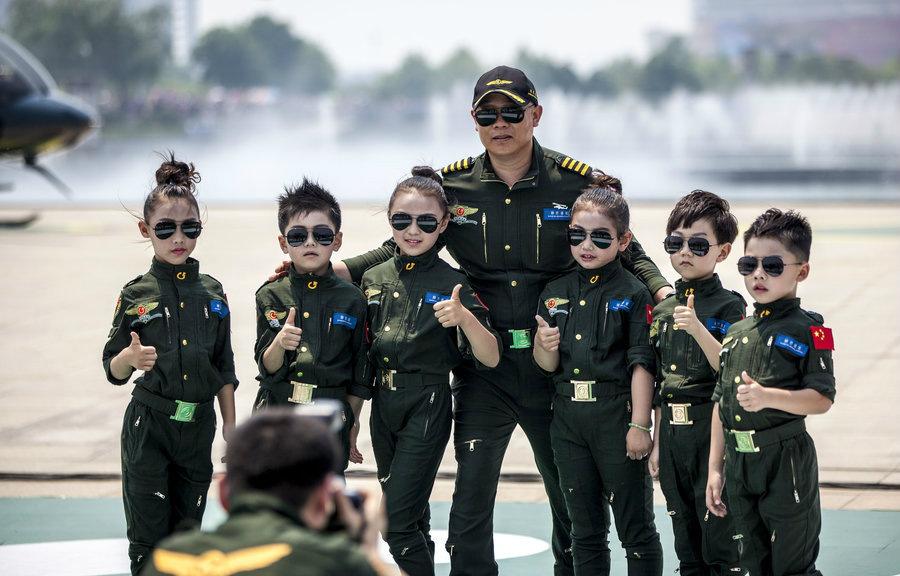 Дети в летной форме  на авиашоу в городе Аньян провинции Хэнань