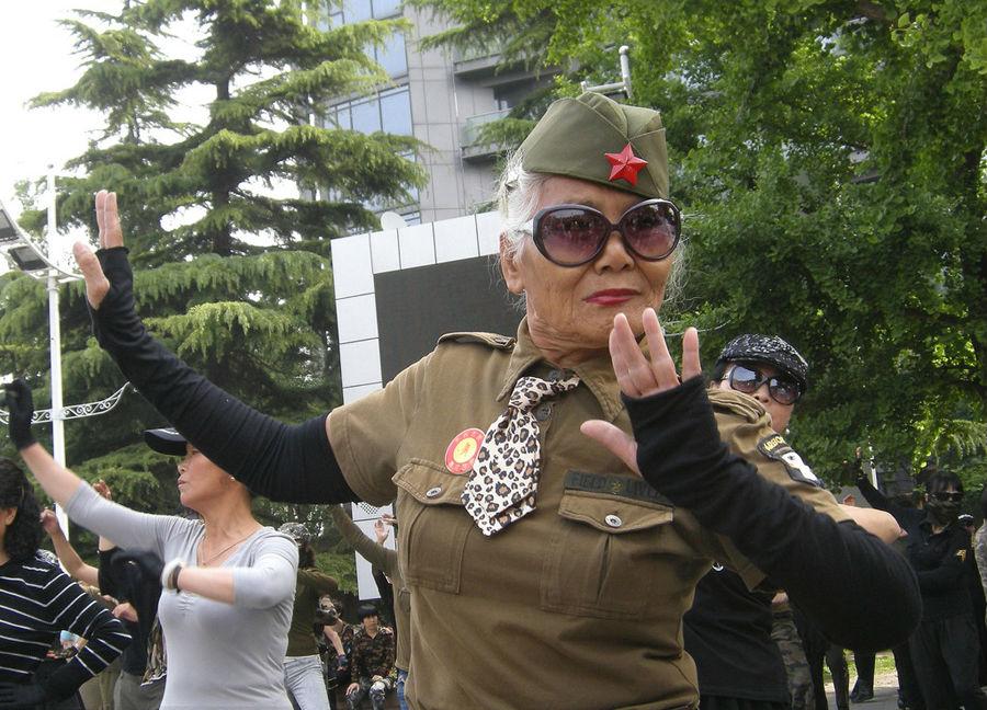 Пожилая жительница Пекина танцует на площади. Фото: IC