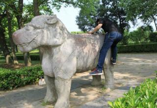 Китайским туристам запретили залезать на памятники