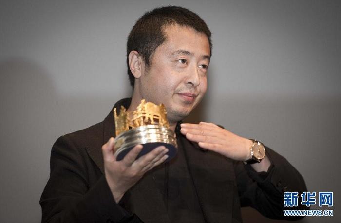 Китайский кинорежиссер Цзя Чжанкэ получает награду «Золотая кареа» на Каннском кинофестивале.