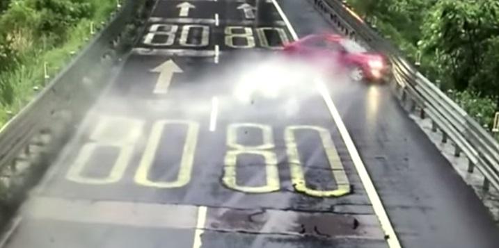 китаец разбил машину и уцелел