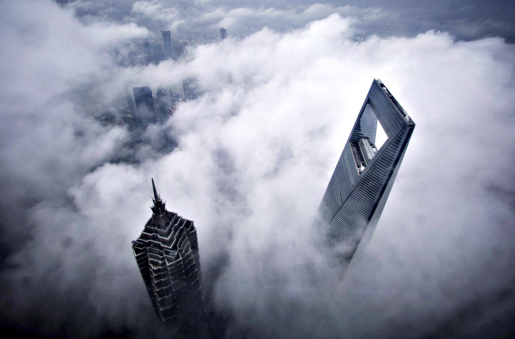 Мировой финансовый центр и башня Цзинь Мао во время сильного дождя, Шанхай
