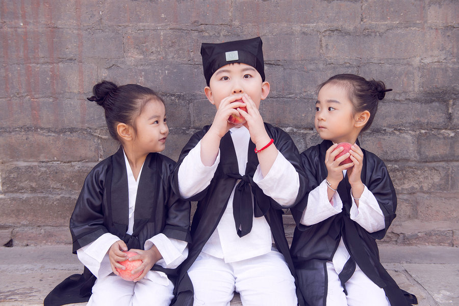 Китайские дети в  одежде даосских священников