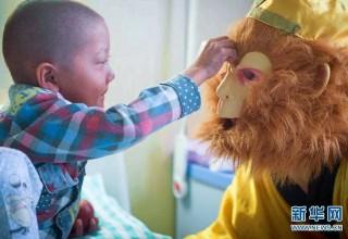 В Китае продавец арбузов поддерживает больного сына в образе Царя обезьян