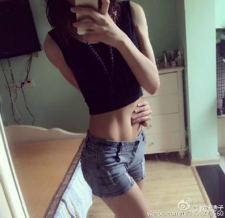 Китаянки, хватающие себя за талию