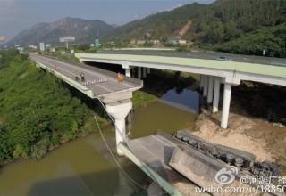 На юге Китая 4 автомобиля упали с обрушившейся эстакады