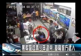 Парень спокойно ест лапшу среди дерущихся тайваньских гангстеров