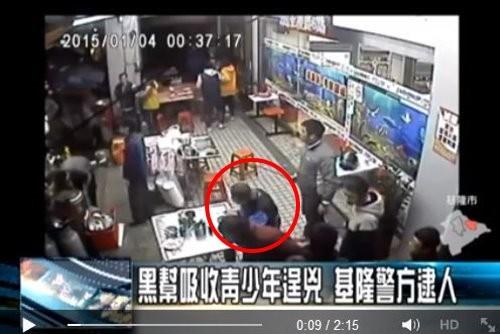 парень ест лапшу во время драки бандитов