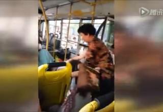 Пожилая китаянка устроила драку в автобусе